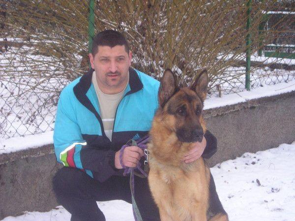 Regardez ce que cet homme fait avec son chien, sans
